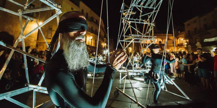 Ator representa na rua à noite