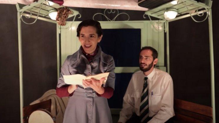 Dois actores olham para a camera